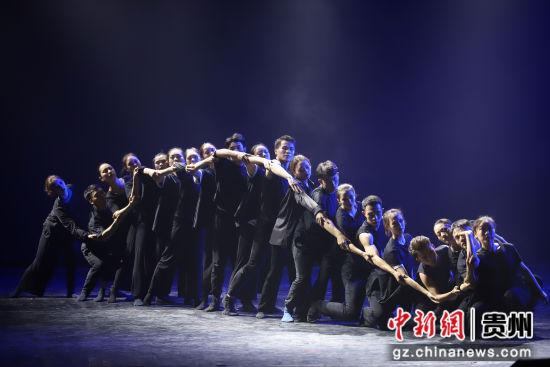 �D�橘F州民大2019�卯��I生在�M行�F代舞���M合展示。