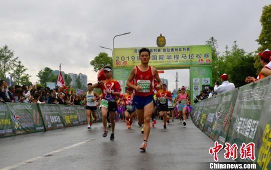 图为2019道真国际半程马拉松赛鸣枪开跑。武敏 摄