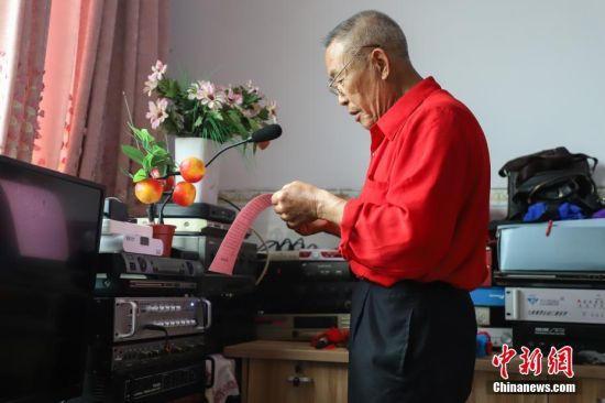 每天,杨绍友都义务用大喇叭为村民读报纸,播报新政策,还会播报农业技术知识,深受村民欢迎。中新社记者 瞿宏伦 摄