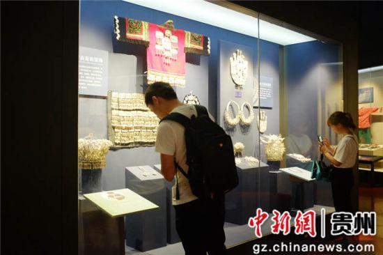 民众参观贵州非物质文化遗产博物馆。蒲文思 摄