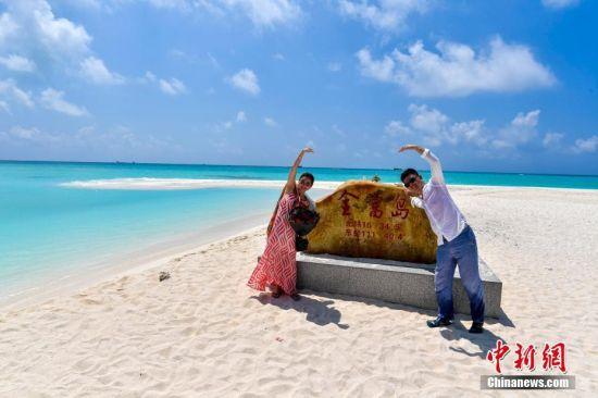 一对情侣在全富岛石碑合影。骆云飞 摄