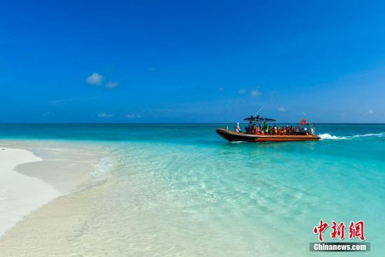游客搭乘快艇登上全富岛。骆云飞 摄