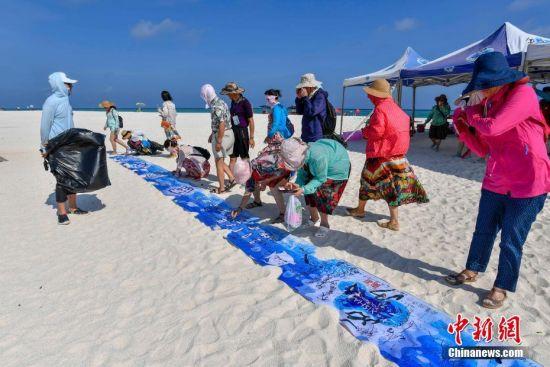 游客登上全富岛后在环保横幅上签名。骆云飞 摄