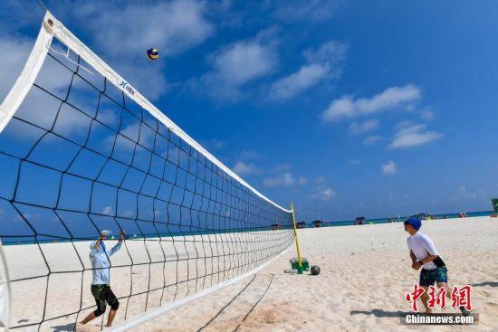 游客在全富岛上打沙滩排球。骆云飞 摄