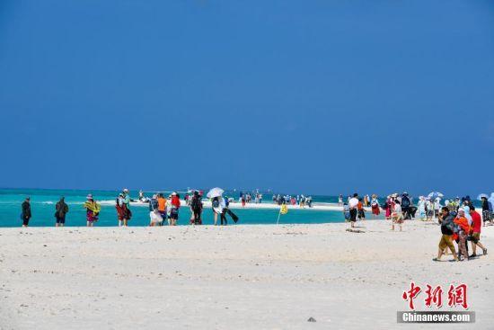 游客在西沙全富岛游览。骆云飞 摄
