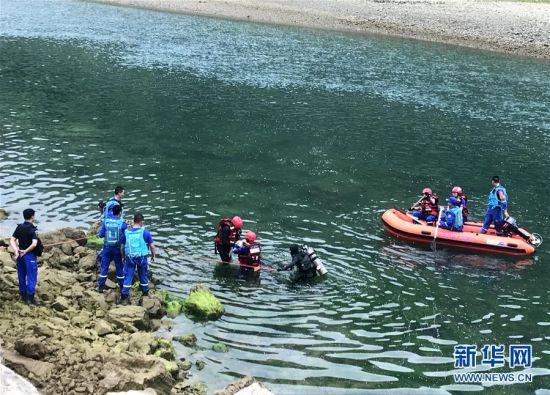 5月23日18时30分左右,贵州省黔西南州贞丰县鲁容乡板绕村北盘江流域坝油段一农户生产生活自用船发生侧翻。船上载有29人,包括船主在内的11人已获救,伤员均在医院救治。目前,涉世船主已被警方控制。搜救、医疗救治、调查善后等工作仍在进行中。 中新社记者 刘鹏/文 新华社记者 施钱贵 摄 图片来源:新华网