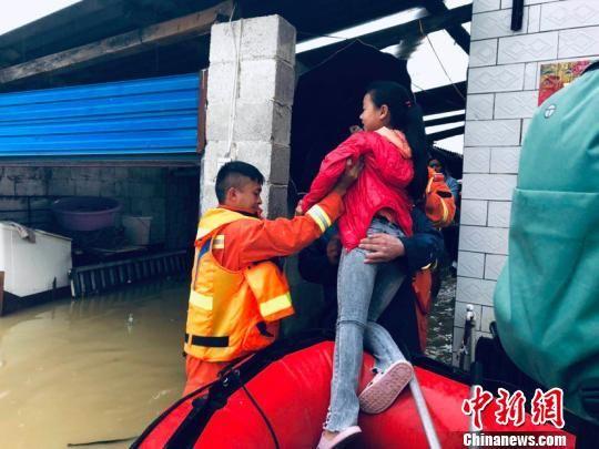 图为消防员营救被困人员。贵阳消防救援支队供图