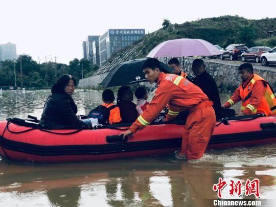 图为25日贵阳遭遇暴雨致低洼处被淹,消防员展开救援。贵阳消防救援支队供图