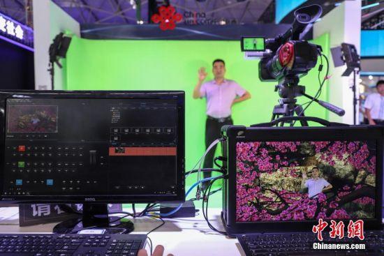 """5月27日,一位参观者在中国联通5G轻量级演播室体验。5月26日至29日,以""""创新发展,数说未来""""为主题的2019中国国际大数据产业博览会在贵阳启幕,吸引民众观展。中新社记者 瞿宏伦 摄"""