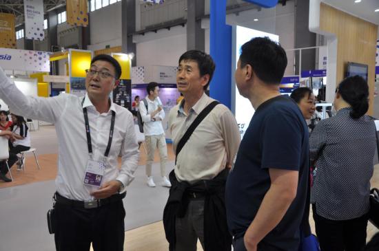 中国国际工程咨询公司曲永会处长参观贵州水利院展台
