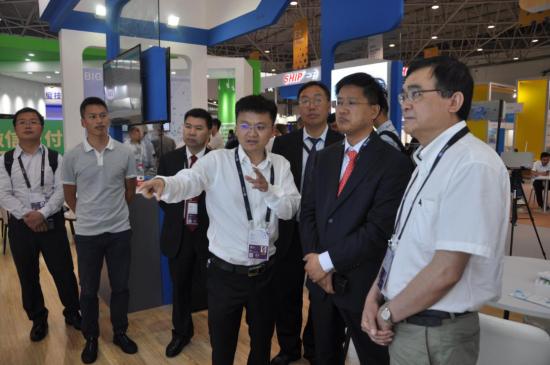 国家能源局领导参观贵州水利院展台