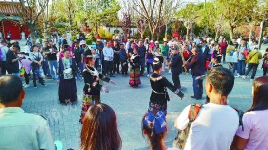 贵州展园内苗族芦笙舞表演。