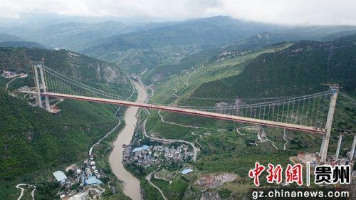 这三个图说写5月30日,贵州习水,世界山区峡谷第一高塔悬索桥――赤水河大桥顺利合龙。