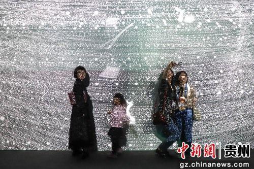 5月28日,市民在参观《宇宙深空》作品。