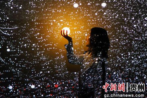 5月28日,一位参观者在《宇宙深空》作品感受科技之魅。