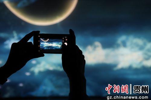 5月28日,一位参观者在拍摄《觅象数谷》作品。