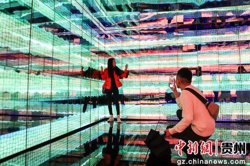 5月28日,参观者在《棱镜》作品中拍照留影。