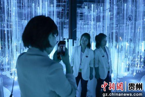 5月28日,参观者在《流动的城市》作品中拍照留影。