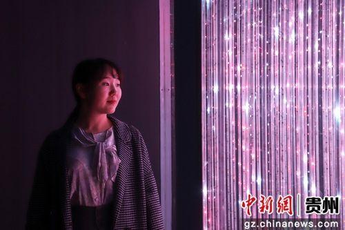5月28日,一位市民在参观《梦立方》作品。