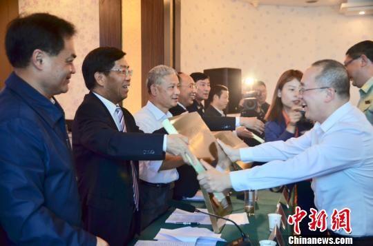 图为贵州省应急管理厅党委书记、厅长冯仕文对相关单位进行授牌。袁超 摄
