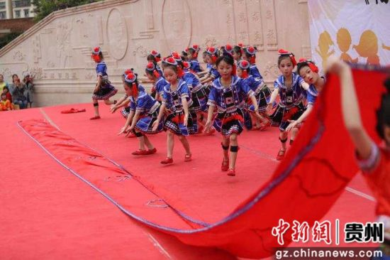 """5月31日,贵州省毕节一小的学生表演节目。""""六一""""儿童节前夕,贵州省毕节一小举行文艺演出,学生们表演舞蹈、大合唱、相声、钢琴独奏等丰富多彩的文艺节目,在歌声与欢笑中迎接儿童节。王庆泽摄"""