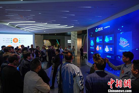 图为5月30日,代表团一行参观贵州大数据综合试验区展示中心,了解贵州大数据发展历程。 中新社记者 贺俊怡 摄