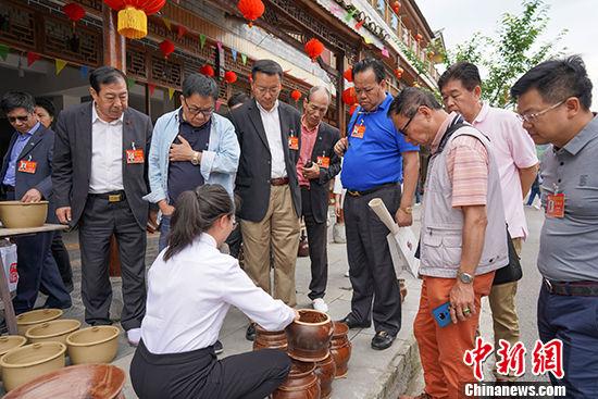 图为6月1日,代表团一行在贵州遵义花茂村参观百年土陶工艺制作。 中新社记者 贺俊怡 摄