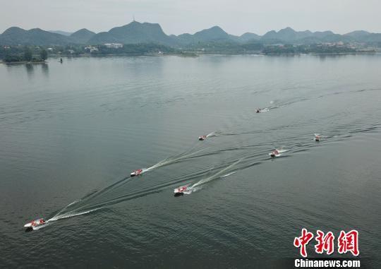 图为武警贵州总队机动支队开展水上救援训练。瞿宏伦 摄