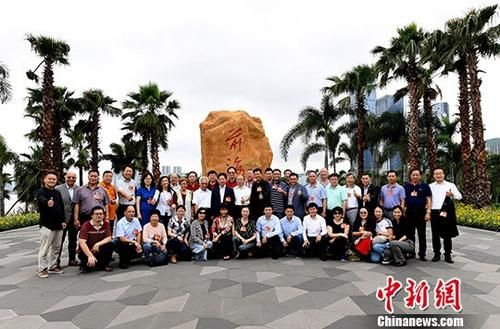 5月31日,来粤参访的第九届世界华侨华人社团联谊大会70位代表在深圳前海石公园合影。 中新社记者 姬东 摄