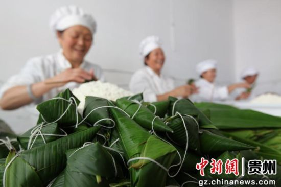 2019年6月5日,贵州省毕节市黔西县莲城街道金凤社区李龙岗食品加工作坊,员工赶制粽子。