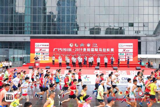 2019贵阳国际马拉松赛鸣枪开跑。