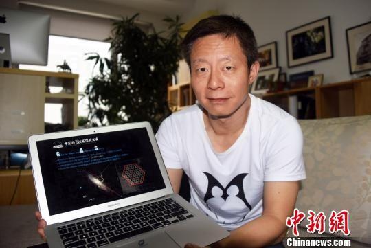 中科院国家天文台研究员、FAST首席科学家李�展示介绍星际分子暗云观测研究成果。 孙自法 摄