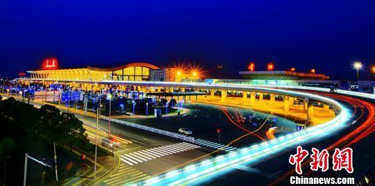 夜幕下的贵阳机场。 聂勇罡 摄