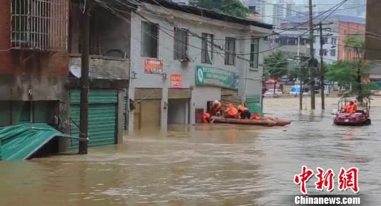 图为消防员展开救援。宋世儒 摄