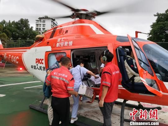 图为直升机搭载遵义市第一人民医院医护飞赴遵义高坪抢险救灾。 裴朗 摄