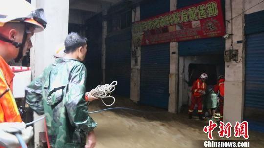 图为消防人员在受灾现场展开救援。 马永全 摄