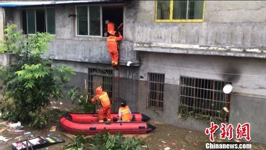 消防员进行救援。廖二攀 摄