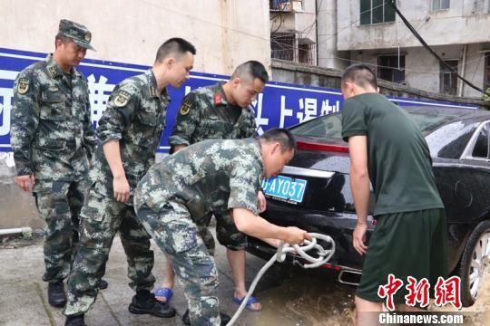 图为武警官兵进行救援。武警贵州总队铜仁支队供图