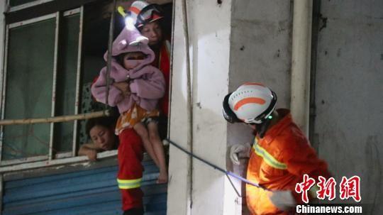 图为当地消防员进行救援。马永全 摄