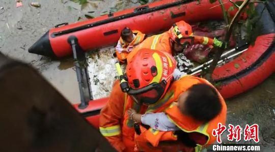 消防员解救被困婴儿。廖二攀 摄