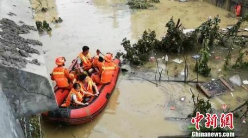 消防员利用皮划艇解救被困民众。廖二攀 摄