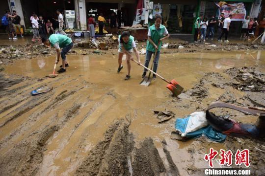 沿河县民众处理街道淤泥。沿河县委宣传部供图