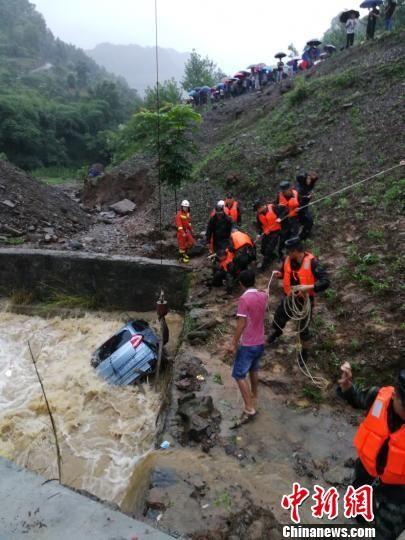 救援人员帮助受困车辆。沿河县委宣传部 供图