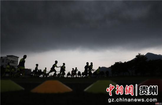 6月22日,在贵州省丹寨县城关第一小学,足球小球员们在进行分组对抗训练。 黄晓海 摄