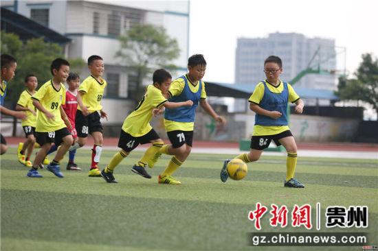 6月22日,在贵州省丹寨县城关第一小学,足球小球员们在进行分组对抗训练。黄晓海 摄