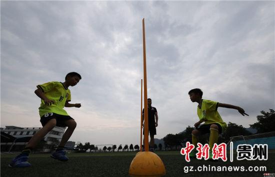 6月22日,在贵州省丹寨县城关第一小学,足球小球员们在做步伐移动训练。 黄晓海 摄