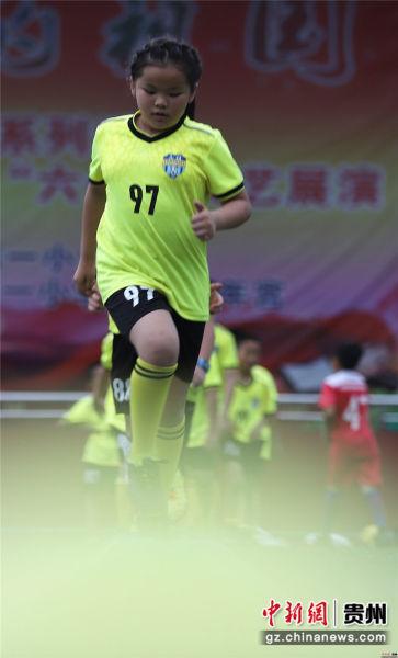 6月22日,在贵州省丹寨县城关第一小学,一名女子小球员在做碎步小跑训练。黄晓海 摄