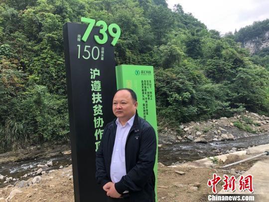图为上海援黔干部、遵义市务川县委副书记钟争光介绍自然能提水项目。供图 申海