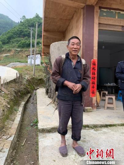 图为村民向记者演示先前使用的背水桶。 李姝徵 摄