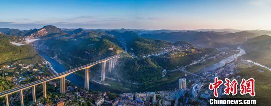 《乌江晨曲》兰海高速乌江大桥。 张家裕 摄